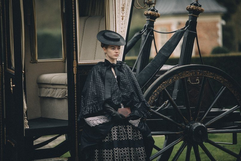 Abigail (Emma Stone) standing outside the carriage - Film - The Favourite. The best 15 English language films of 2018